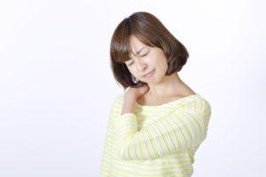 女性の肩を押さえている画像