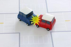 交差点で車が衝突している画像